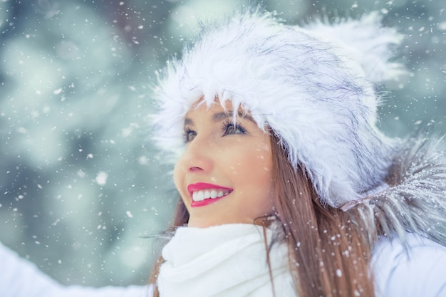 Mooie glimlachende jonge vrouw in warme kleding