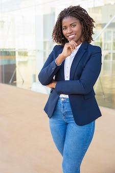 Mooie glimlachende jonge zakenvrouw