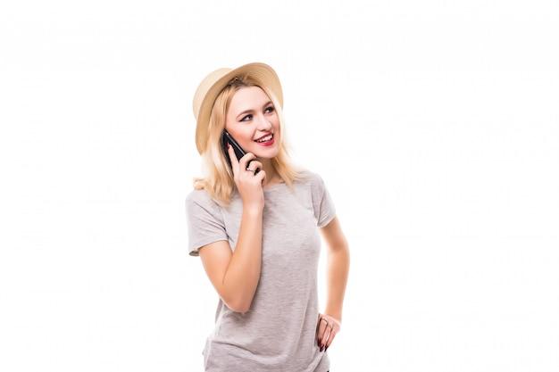Mooie glimlachende vrouw die een gloednieuwe mobiele telefoon met behulp van