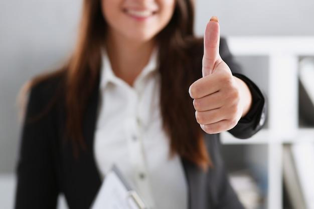 Mooie glimlachende vrouw die ok of goedkeuringsteken toont