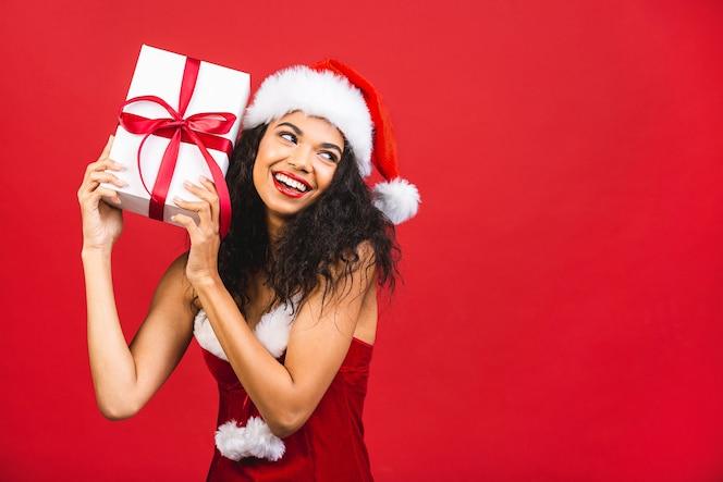 mooie glimlachende vrouw in santa claus-kleren