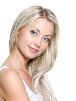 Mooie glimlachende vrouw met lang steil haar op een witte ruimte