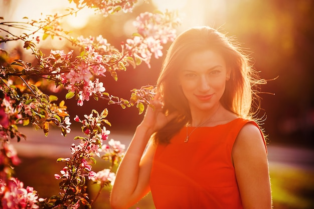 Mooie glimlachende vrouw met lentebloemen