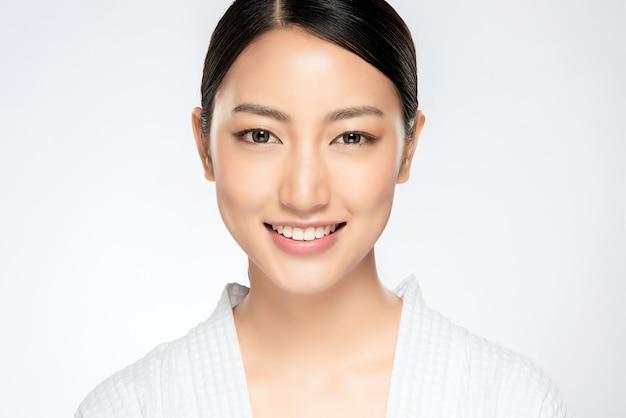 Mooie glimlachende vrouw met schone huid