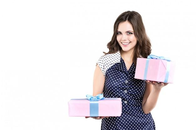 Mooie glimlachende vrouw met twee roze geïsoleerde giftdoos