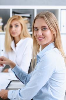 Mooie glimlachende zakenvrouw portret op de werkplek