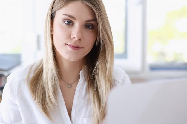 Mooie glimlachende zakenvrouw portret werkplek