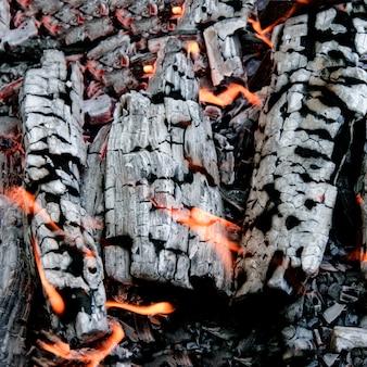 Mooie gloeiende houtskool dicht omhoog