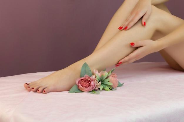 Mooie goed verzorgde vrouwelijke benen. voetverzorging. ontharing van haar op de benen.