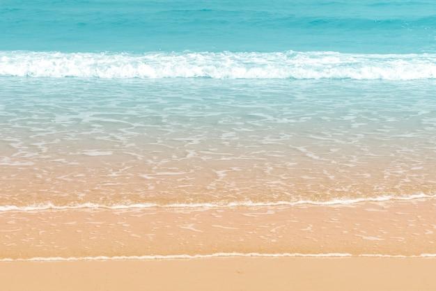 Mooie golf op de strandachtergrond