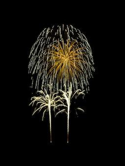 Mooie gouden vuurwerk ontploft in de nachtelijke hemel, geïsoleerd op zwart.