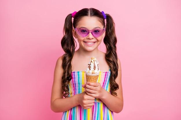 Mooie grappige kleine dame houdt grote kegel ijs vast