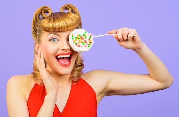 Mooie grappige vrouw met lolly. verrast blond meisje met plezier. sexy vrouw met snoep.