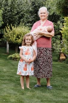 Mooie grootmoeder die haar een pasgeboren schattige kleindochter houdt