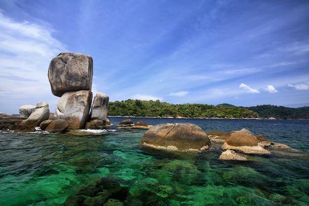 Mooie grote gestapelde rotsen bij khao hin son boven de turkooizen andaman zee.
