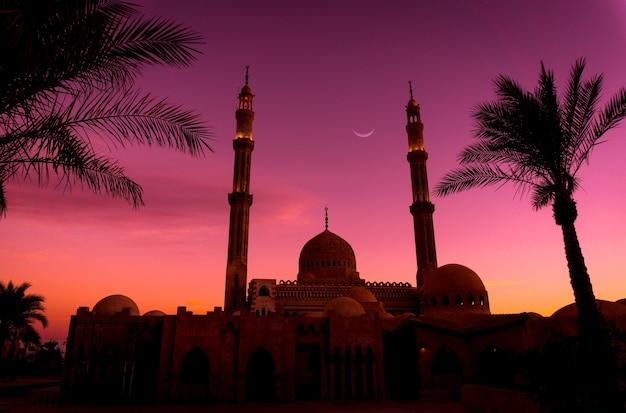 Mooie grote islamitische moskee bij zonsondergang