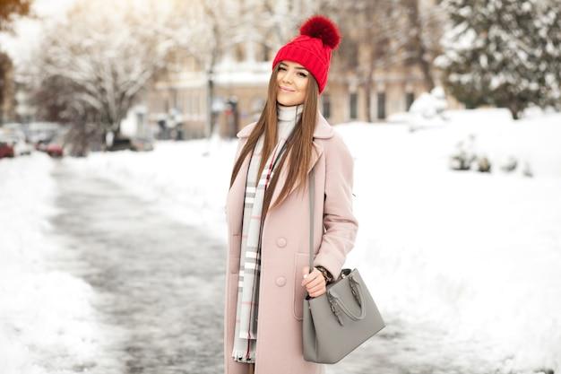 Mooie ha meisje jonge sneeuw