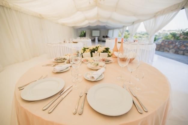 Mooie hal onder een tent voor een huwelijksreceptie