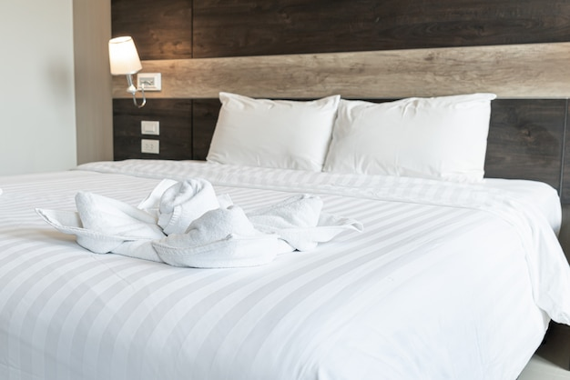 Mooie handdoek op bed