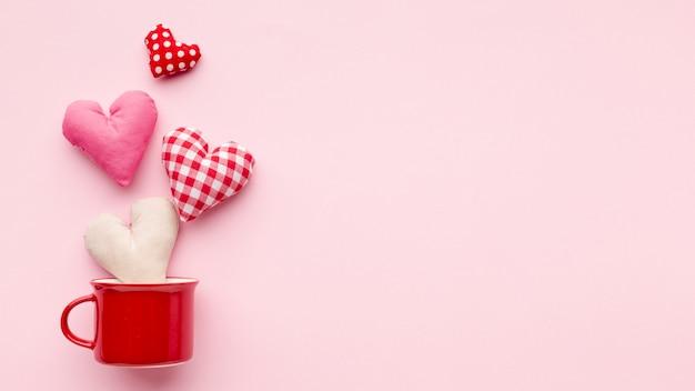 Mooie harten op roze achtergrond met exemplaarruimte
