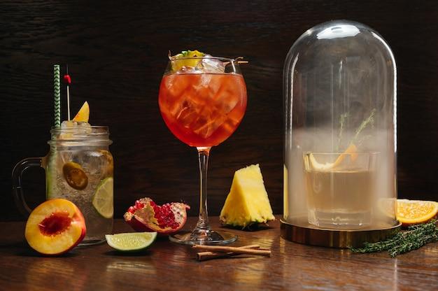 Mooie heerlijke alcoholische cocktails op tafel in restaurant royal punch aperol spritz ouderwetse en limonade
