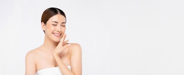 Mooie heldere huid die aziatische vrouw glimlacht