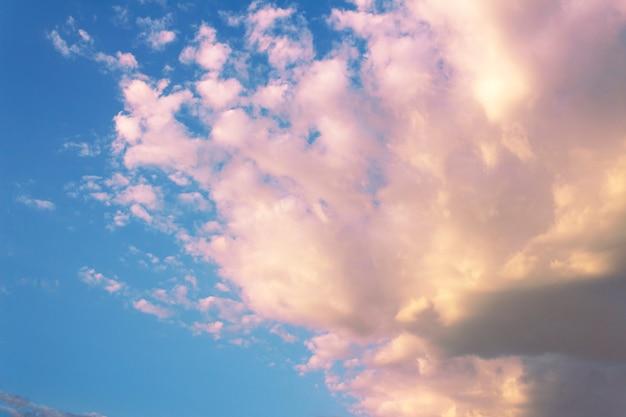 Mooie heldere lucht en roze wolken