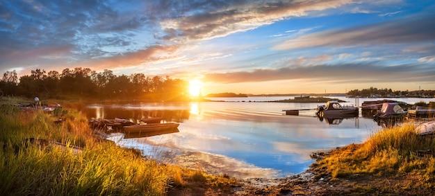 Mooie hemel bij zonsondergang aan de oevers van de witte zee op de solovetsky-eilanden