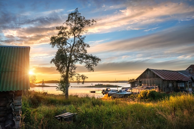 Mooie hemel bij zonsondergang op de witte zee op de solovetsky-eilanden