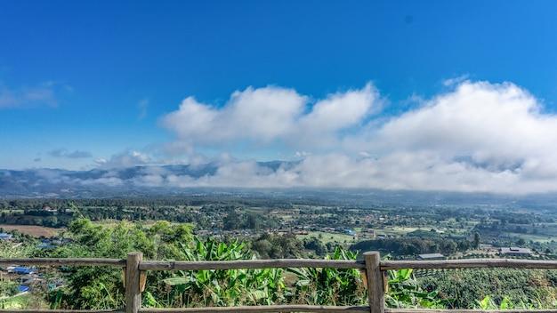 Mooie hemel en witte wolkenmening vanaf bovenkant van de berg.