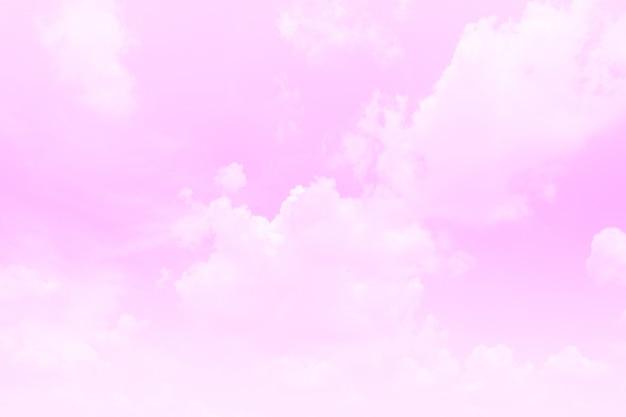Mooie hemel en wolken in zachte pastelkleur. zachte roze wolk in de hemel kleurrijke pasteltint als achtergrond.