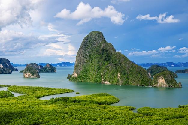 Mooie hemel en zee phang nga bay (sametnangshe) achtergrond.