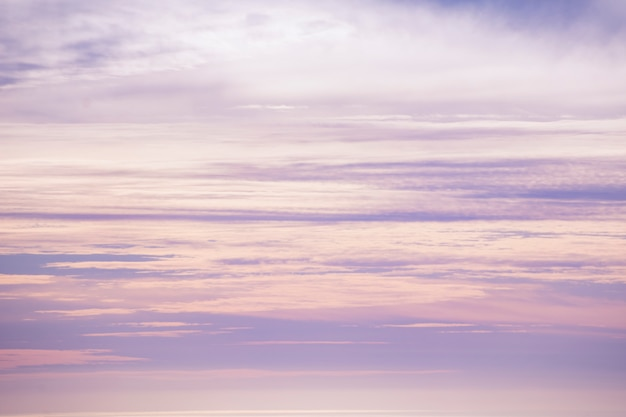 Mooie hemel in de schemering van roze en paarse tinten