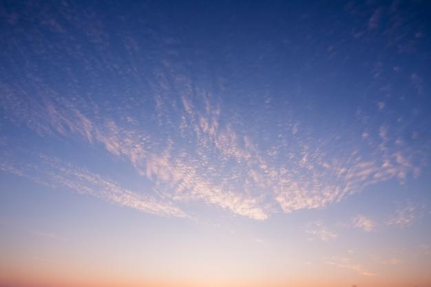 Mooie hemel in zonsondergangkleuren