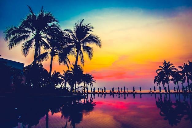 Mooie hemel landschap silhouet maan