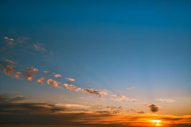 Mooie hemel met wolken bij zonsondergang natuurlijke achtergrond
