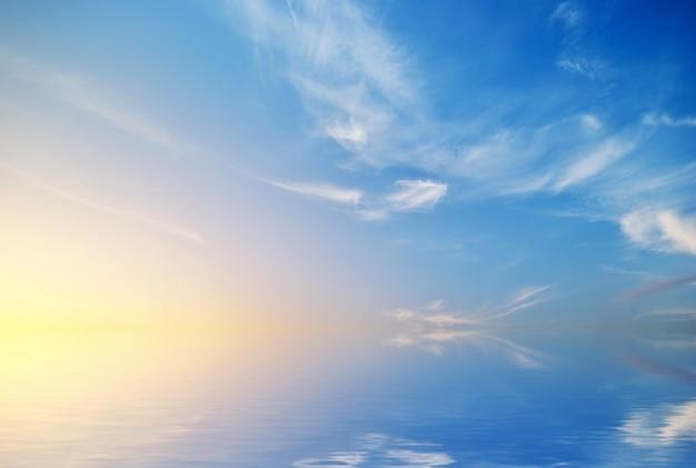 Mooie hemel met wolken bij zonsondergang