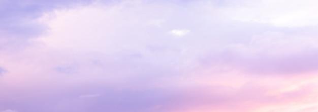 Mooie hemel met zacht zonlicht in roze en paars. panorama van de mooie hemel.