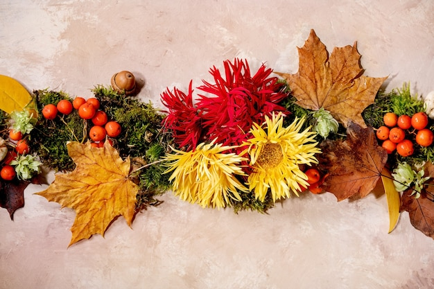 Mooie herfst botanische samenstelling creatieve lay-out met bloemen, mos en gele herfstbladeren