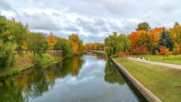 Mooie herfst park en rivier in minsk, wit-rusland.