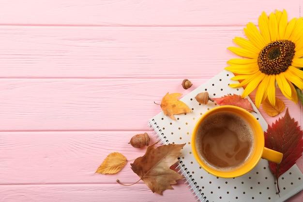 Mooie herfstachtergrond met gevallen bladeren met plaats voor tekst bovenaanzicht