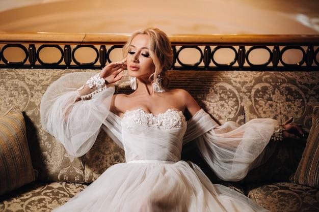Mooie het huwelijksmake-up van het bruidportret, huwelijkskapsel, huwelijkskleding