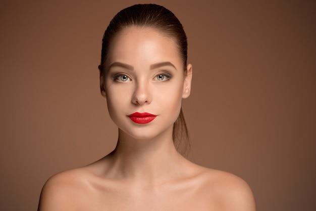 Mooie het portret dichte omhooggaand van het vrouwengezicht