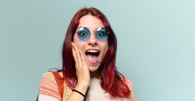 Mooie hippie student vrouw schreeuwen