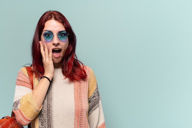 Mooie hippie-studentenvrouw met geschokte uitdrukking