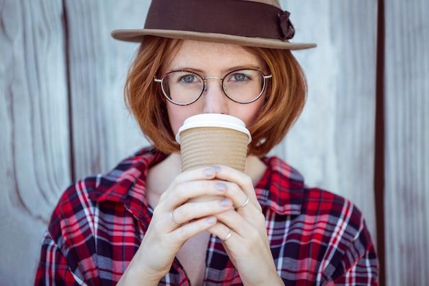 Mooie hipstervrouw het drinken koffie,