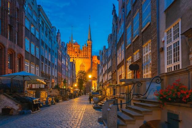 Mooie historische huizen op mariacka, st mary, straat in de oude binnenstad van gdansk
