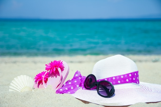 Mooie hoed met sneakers aan zee griekenland op natuur achtergrond