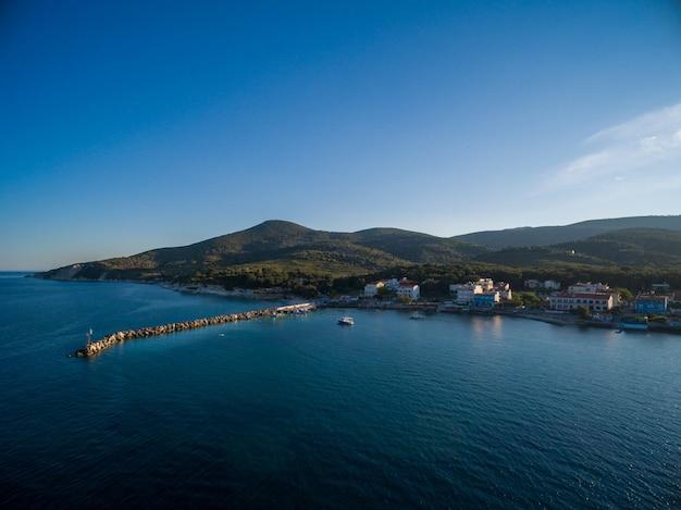 Mooie hoge hoek die van een strand in lesbos, griekenland is ontsproten