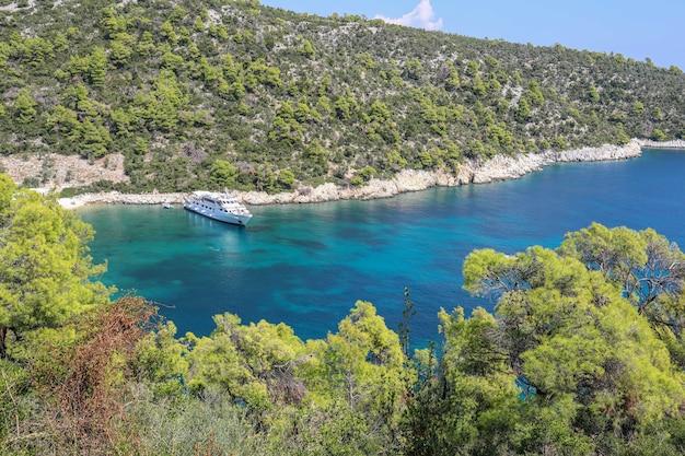 Mooie hoge hoekmening van de groene kust van de zee op het eiland skiathos in griekenland